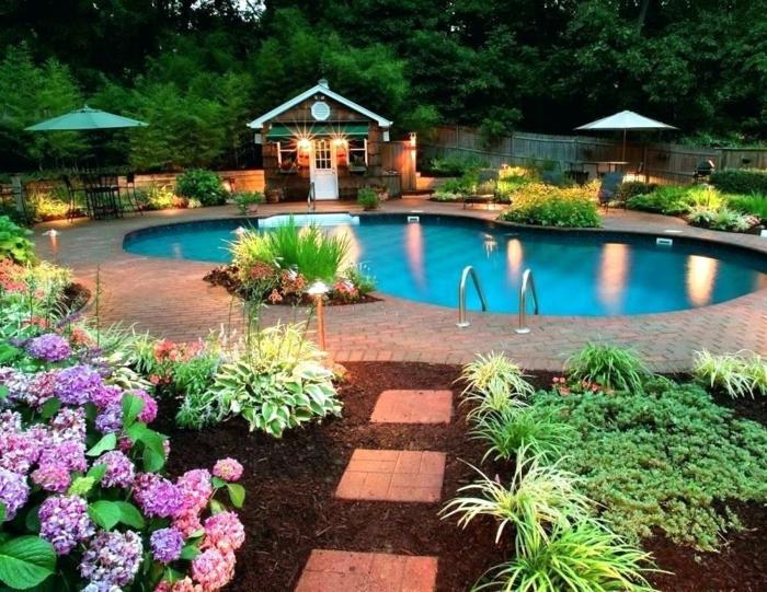 piscine aux formes courbées, parterre de fleurs, hydrangeas lilas, grand espace paysager, jardin dans la forêt