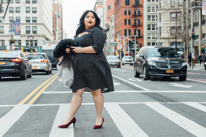 robe noire à rayures blanches avec des manches mi longs et chaussures bordeaux, robe pour femme ronde