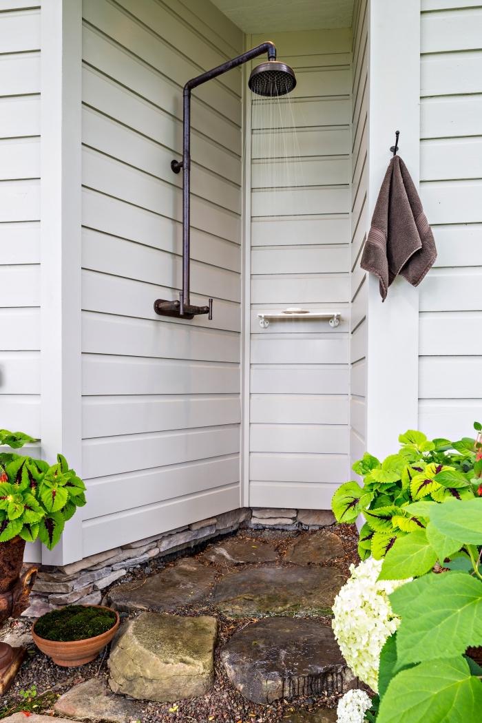 modèle de douche d extérieur fixé sur un mur de façade, déco petite salle d'eau en plein air avec mini étagère accessoires de bain