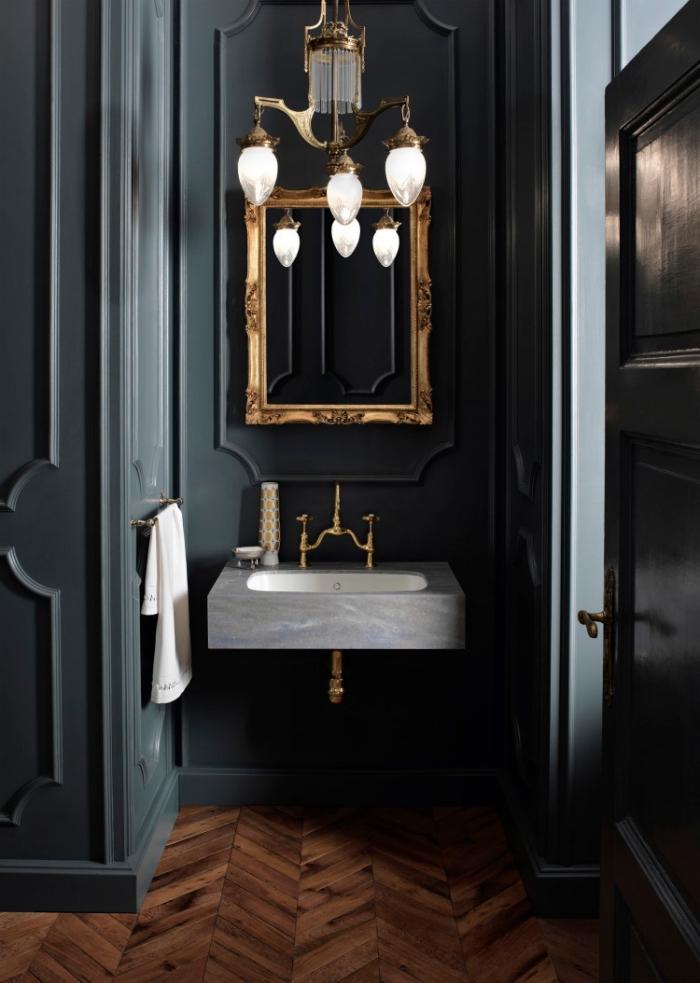 décoration petite salle de bain aux murs foncés avec parquet, modèle de petite lavabo en gris et blanc avec robinet or