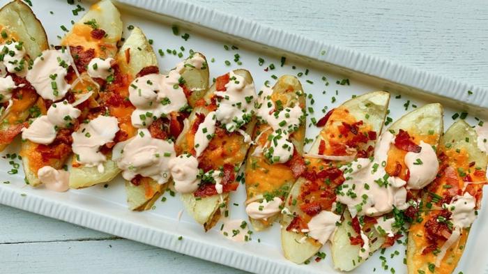 pommes de terre à la mozzarella, fromage, patate douce, plateau de présentation blanc, bouchées assaisonnées avec herbes fraîches