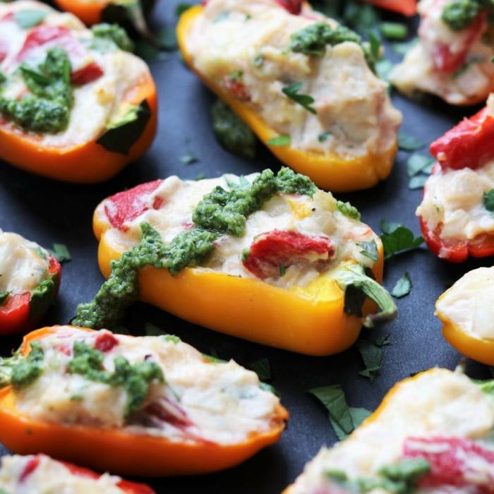 poivrons jaunes coupés en deux à la mozzarella, tomates cerises, fromage ramolli, plateau de présentation ardoise