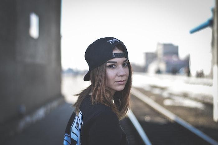 Portrait de fille swag, cool idée tenue swag, image de fond d'écran swag