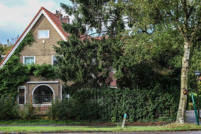 Assurance dommages ouvrage, maison avec jardin, idée comment proteger sa maison en cas de construction, assurance obligatoire