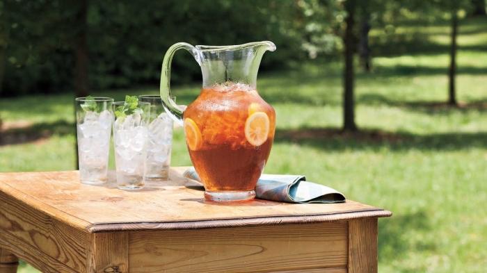 idée thé glacé recette traditionnelle, thé glacé avec tisane et tranches de citron, comment servir un thé glacé