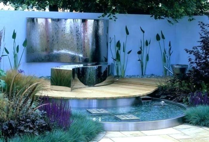 piscine décorative, clôture bleue, éléments paysagers pour l'aménagement d'un petit jardin, plantes hautes, plantes architecturales
