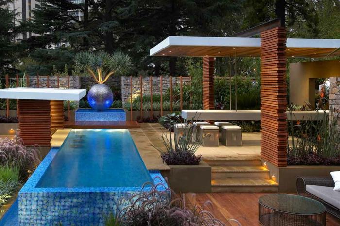 piscine extérieure design moderne, terrasse en bois, grande boule décorative, longue table, plantes architecturales