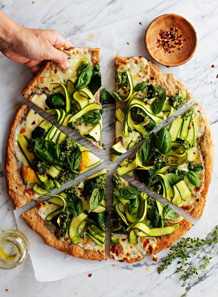 recette de pizza aux courgettes et herbes fraîches, pizza végétarienne au fromage et courgettes, recette avec des courgettes