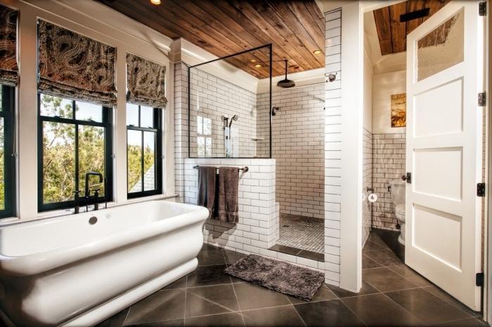 décoration salle de bain blanc et bois avec finitions en noir, modèle carrelage salle de bain en nuances de gris