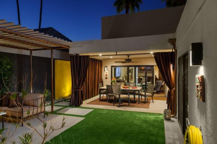 maison moderne, creation jardin moderne, pelouse verte, dalles en béton, aménagement maison contemporaine, salon de jardin, rideaux marron