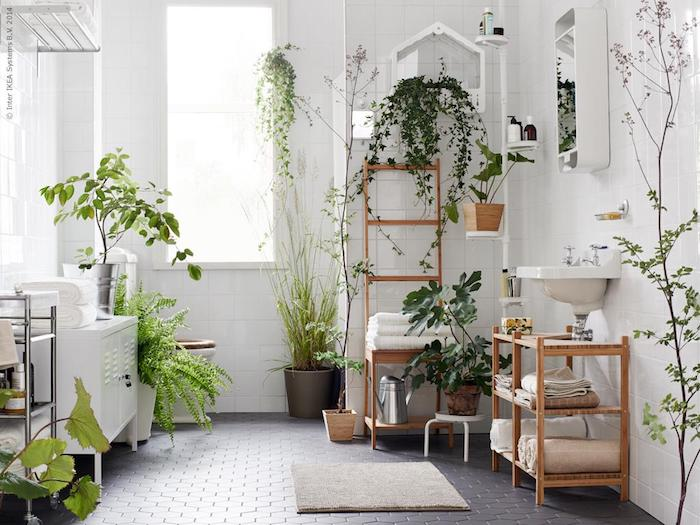 carrelage sol salle de bain gris, murs en carrelage blanc, lavabo console, meuvle salle de bain blanc, echelle salle de bain, plantes vertes partout