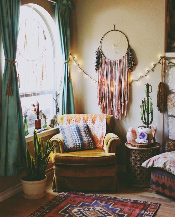 modele deco salon boheme chic avec atrape reve mural, fauteuil jaune moutarde, tapis oriental, murs jaunes, table de service orientale, guirlande lumineuse, rideaux bleus