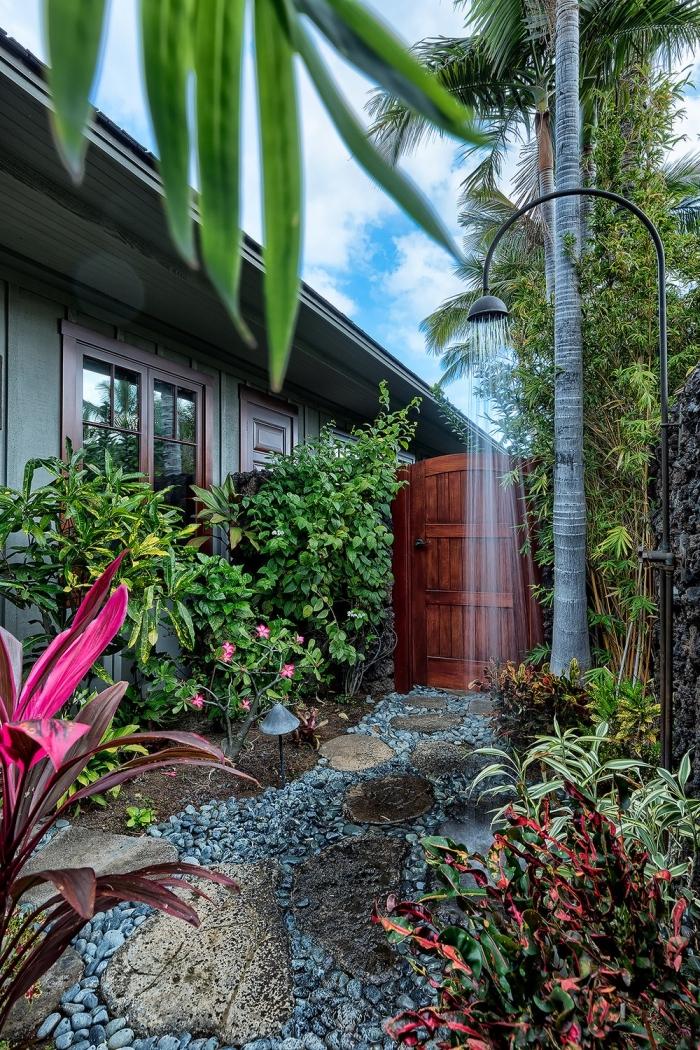 comment aménager espace cour arrière, idée paysager jardin avec allées en dalles et pierre, modèle de douche métal pour jardin