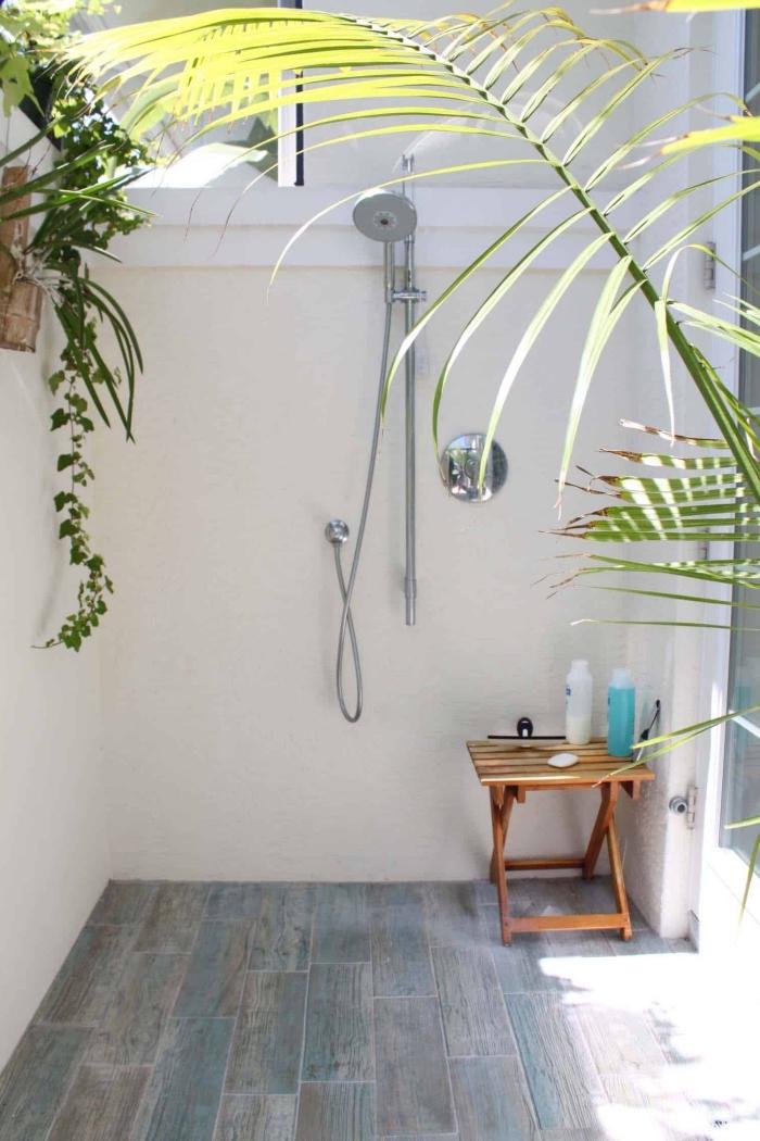 modèle de douche inox installée sur un balcon, exemple comment décorer sa terrasse avec carreaux et douche