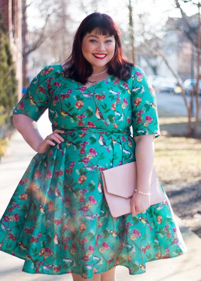 idee de robe fleurie couleur vert aa imprimé fleurie style japonais, petites fleurs et oiseaux perchés, manches mi longs, tenue habillée pour mariage
