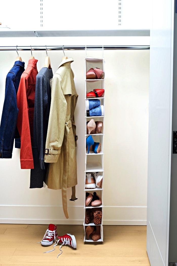 range chaussures suspendu à mettre dans un placard pour un espace de rangement supplémentaire, penderie avec range-chaussures suspendu