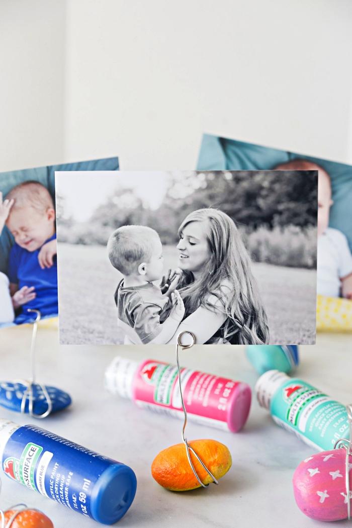des galets ramassés en vacances transformés en porte-photos originaux, idée deco galet porte-photo
