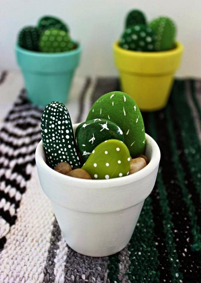 pots de faux cactus réalisés avec des galets repeints dans les teintes du vert, idée deco galet naturel peint façon cactus