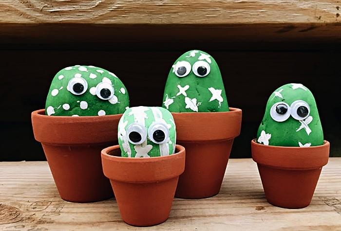 des pots de faux cactus avec galets monstres verts, peindre des galets cactus amusants
