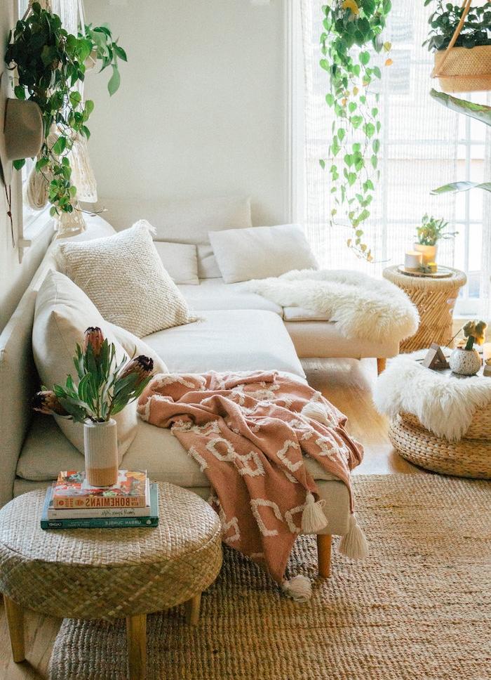 canapé d angle blanc, tapis jonc de mer, table basse de poufs tressées, deco cocooning salon exotique, plaid rose, pots suspendus