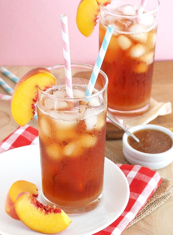comment faire un thé glacé classique, recette thé glacé pêche, servir un ice tea maison avec tranches de pêche