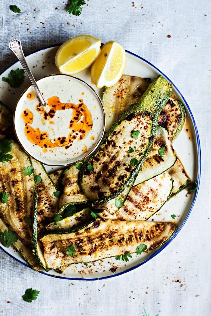 que faire avec des courgettes, recette facile e courgettes grillées aux herbes et dip au curry maison