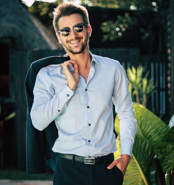 veste en pantalon noir et chemise bleu clair, idée de tenue chic pour homme pour un style homme d affaire, lunette de soleil homme chic