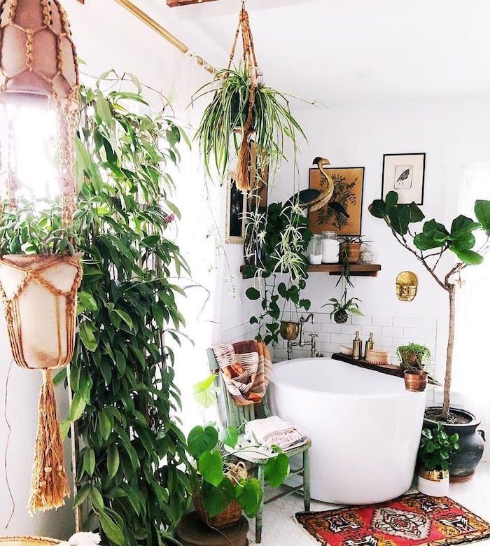 salle de bain jungle avec petite baignoire d angle, étagère bois d angle, petit apis oriental, carrelage et peinture blanche, motif jungle à travers le végétaux