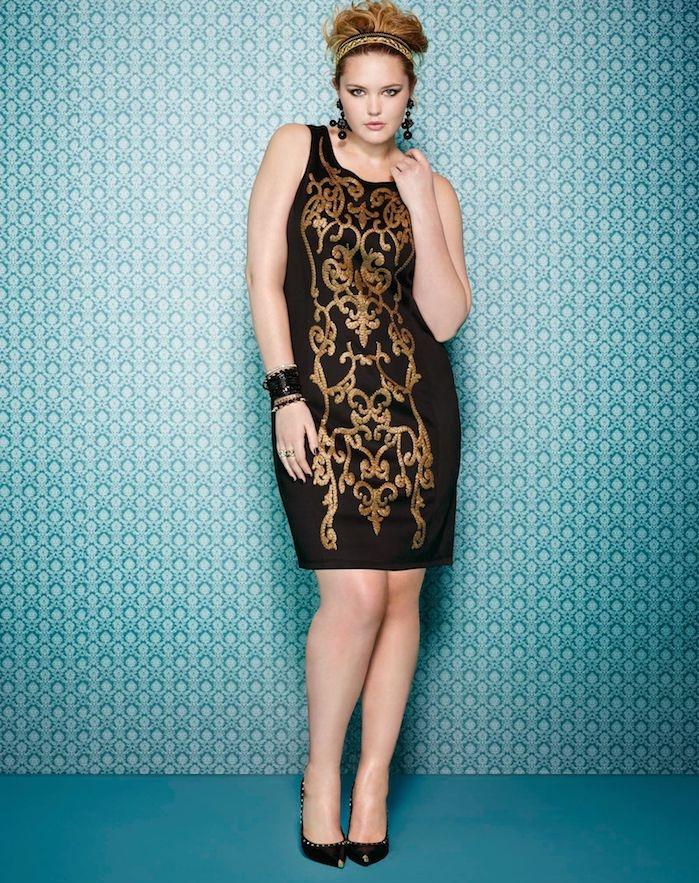 exemple de robe pour femme ronde couleur noire à motifs dorés, chaussures noires femme, coiffure année 80