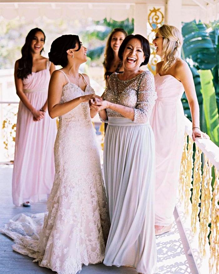 idée de tenue pour la mère de la mariée, robe de soirée pour mariage à jupe plissée et à haut avec ornements de pierrerie