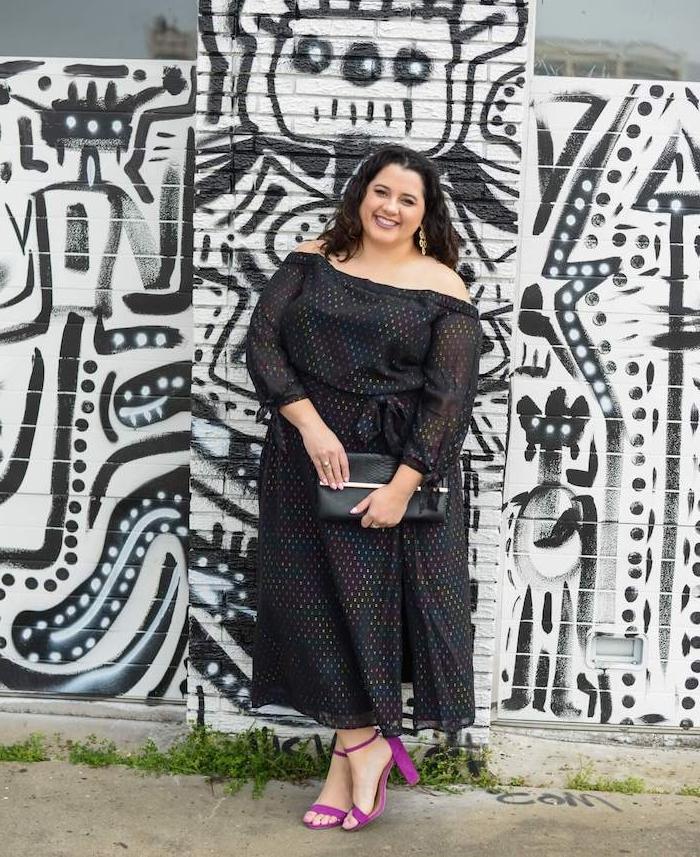idee de robe longue grande taille noire à pois colorés avec des épaules dénudées et manches longues noires