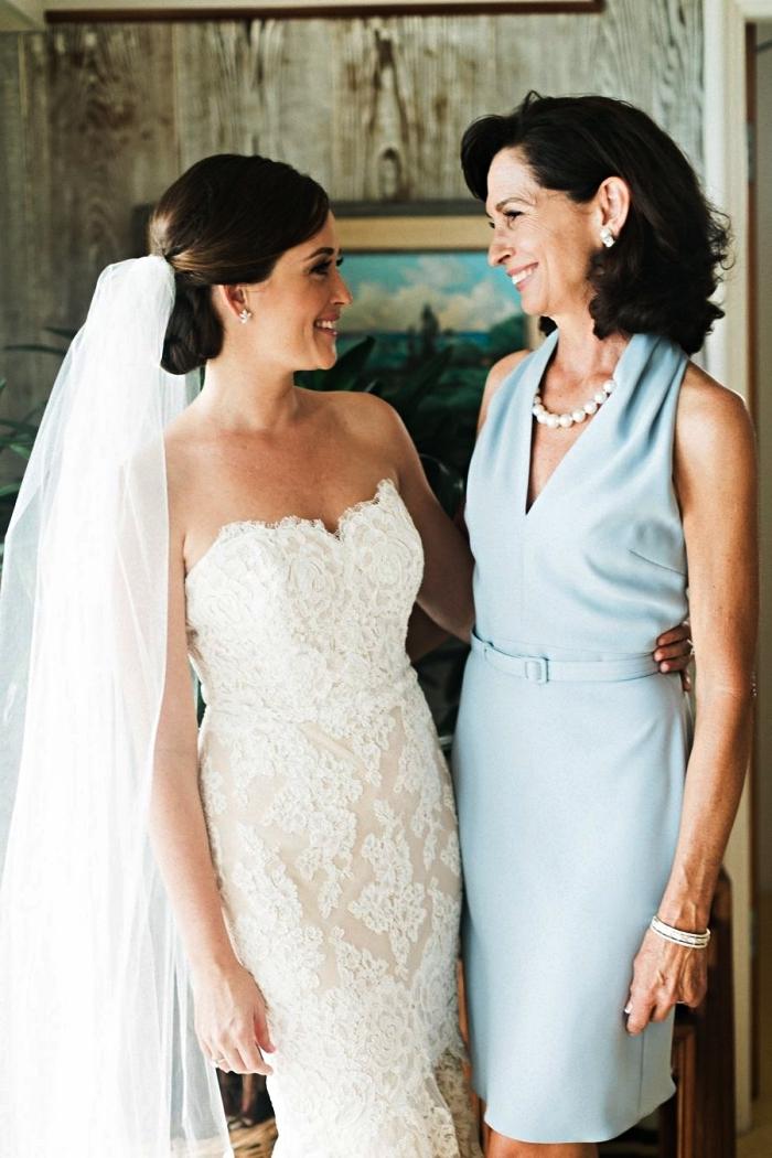 robe mere de la mariee longueur genou couleur bleu ciel ajustée à la taille avec une petite ceinture, accessoirisée avec un collier de perles
