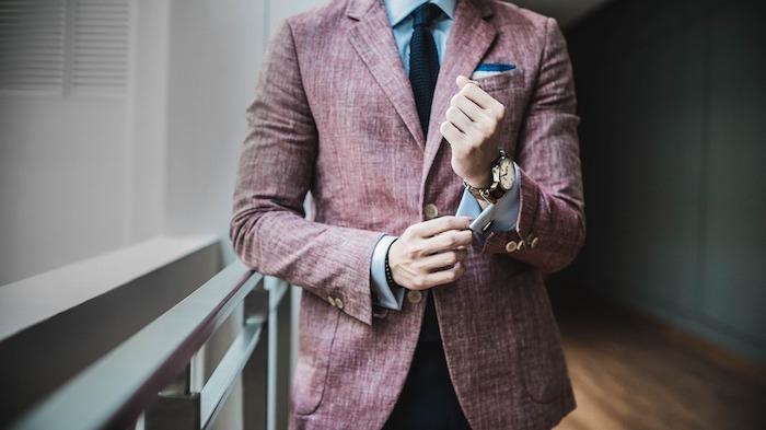 une coupe de costume confortable pour laisser l'air circuler librement, chemise bleu clair et cravate noire, vetement homme classe