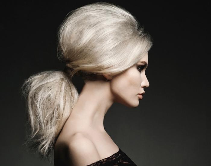 coiffure pour cheveux épais attachés en queue avec volume, couleur blond polaire pour visage teint clair et yeux marron