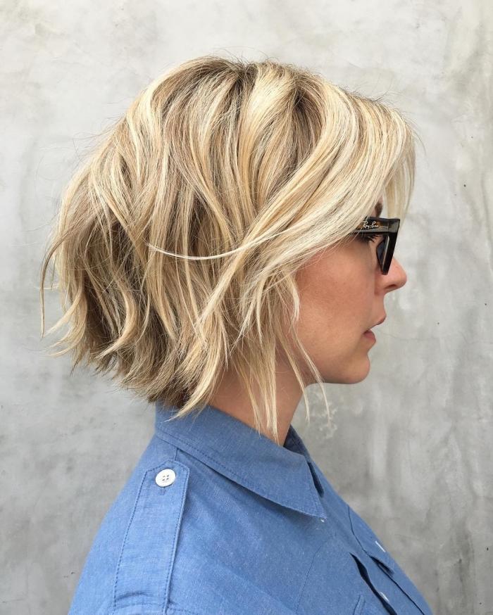 exemple de coloration avec mèches caramel et blond platinum sur cheveux de base foncée aux racines foncées, coiffure coupe carré dégradé avec ondulations