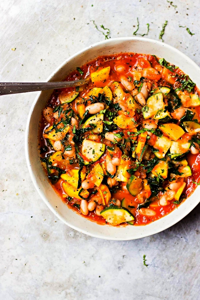 recette de ragoût de courgettes, sauce tomates, haricots blancs et chou kale, recette avec courgette et légumes réconfortante