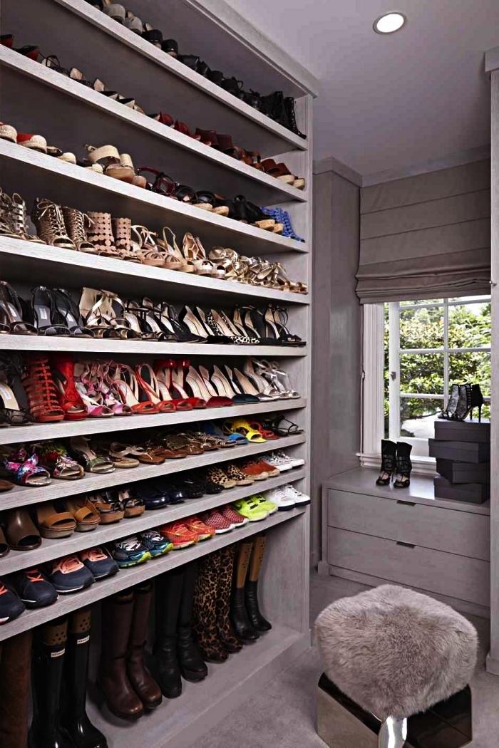 meuble a chaussure avec étagères multiples dans une petite pièce dressing, étagères à chaussures ouvertes sur mesure