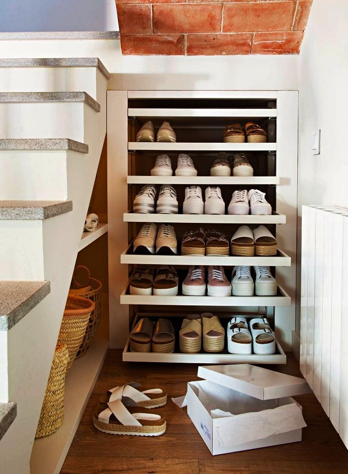 petit meuble de rangement sous escalier avec étagères coulissantes à sortie totale pour ranger ses chaussures