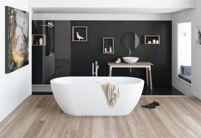 quelles couleurs associer avec le gris anthracite, modèle salle de bain noir et blanc avec parquet en bois clair