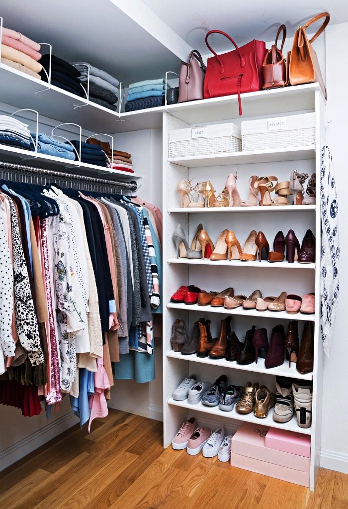 aménagement d'un coin dressing dans une chambre à coucher avec penderie et étagères ouvertes, meuble a chaussure avec étagères pour avoirs ses chaussures à portée de main