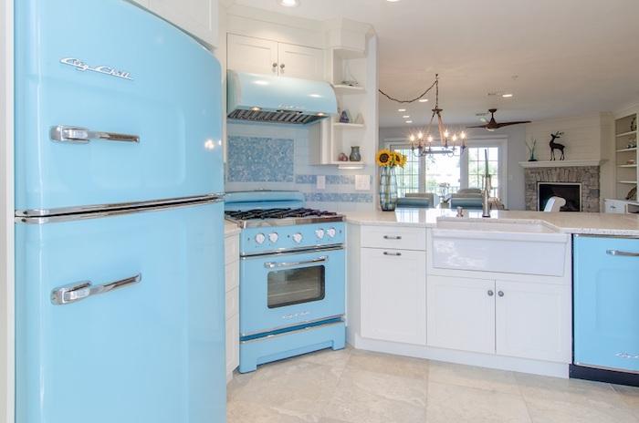 Frigo bleu cuisine rétro année 60 design d'intérieur, vintage chic pour la cuisine