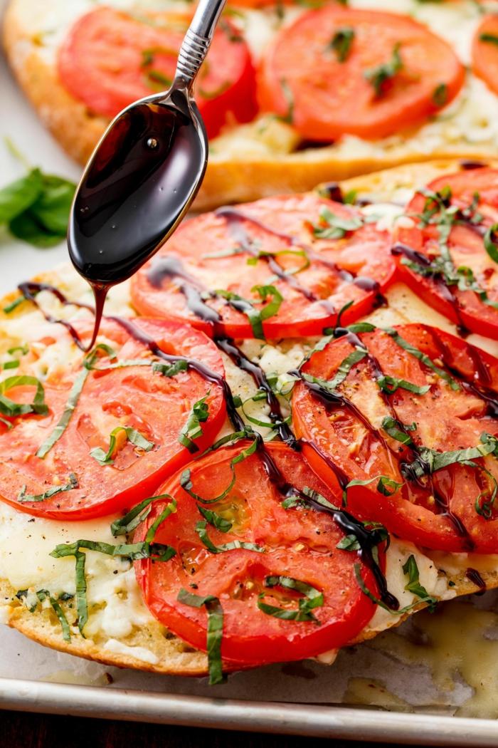 bruschettas aux rondins de tomates et à la mozzarella assaisonnés, garniture sauce et herbes fraîches
