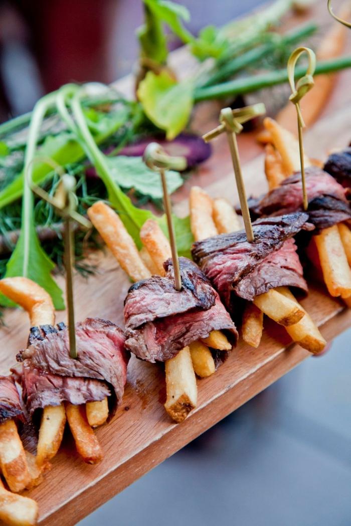 jambon agneau et frites en brochettes, feuilles fraîches comme garniture, repas de party