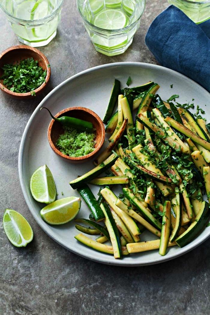 bâtonnets de courgettes sautées au citron vert et chili, recette de courgettes poêlées, petit plat en équilibre recette courgette