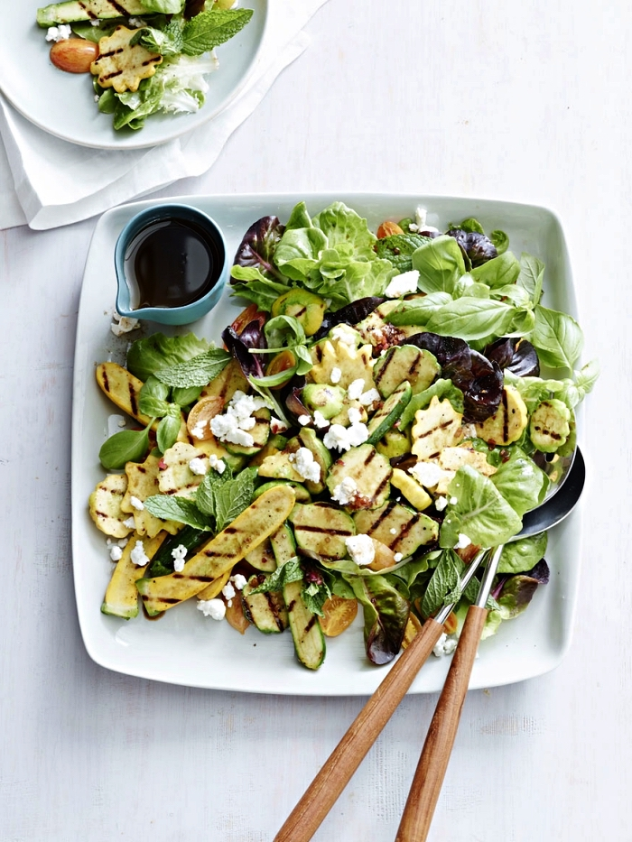 salade d'été de courgettes grillées, fromage feta et basilic, recette avec courgette grillée pour l'été