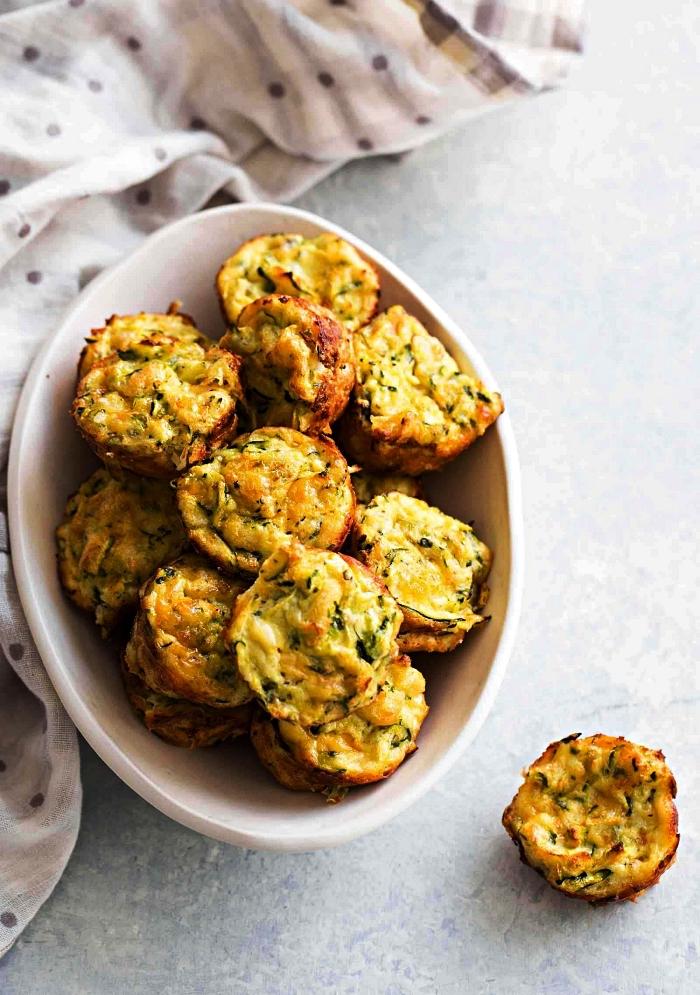 recette avec courgette en apéro, bouchées de courgettes au fromage et épices, recette amuse-bouche aux courgettes