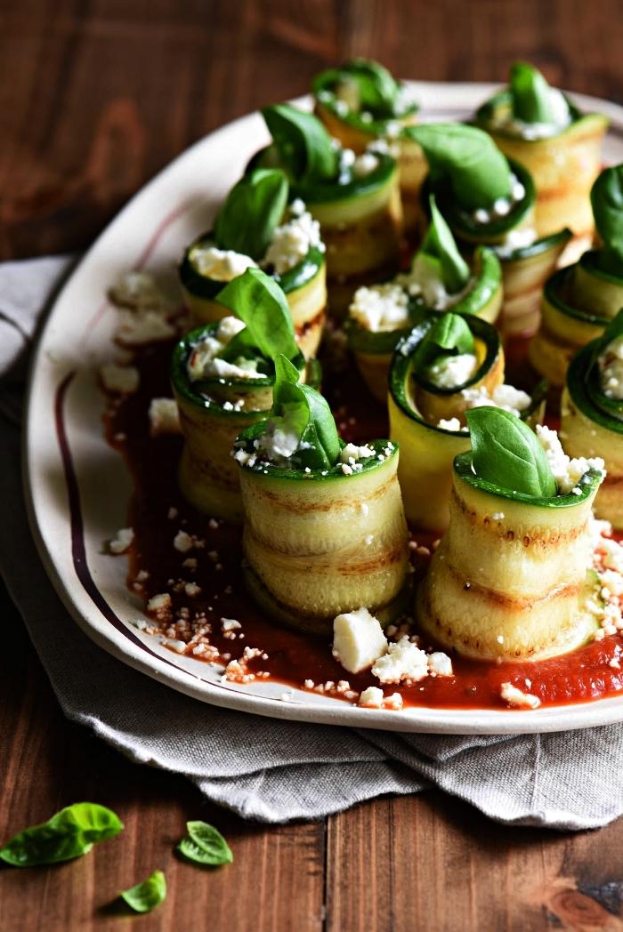recette apéro dînatoire facile et rapide, des rouleaux de courgette grillée au fromage, basilic et sauce tomates, recette avec courgette grillée en apéro