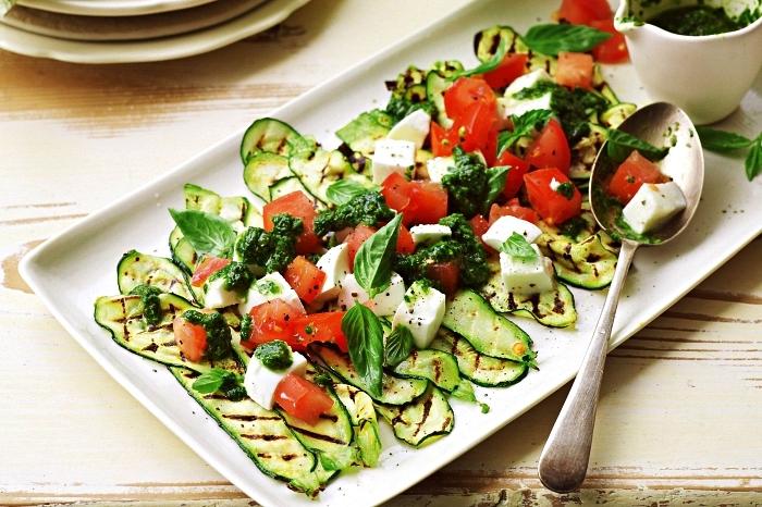 salade facile et rapide de courgettes grillées, tomates, fromage feta et sauce pesto, recette a base de courgette grillée pour une salade d'été