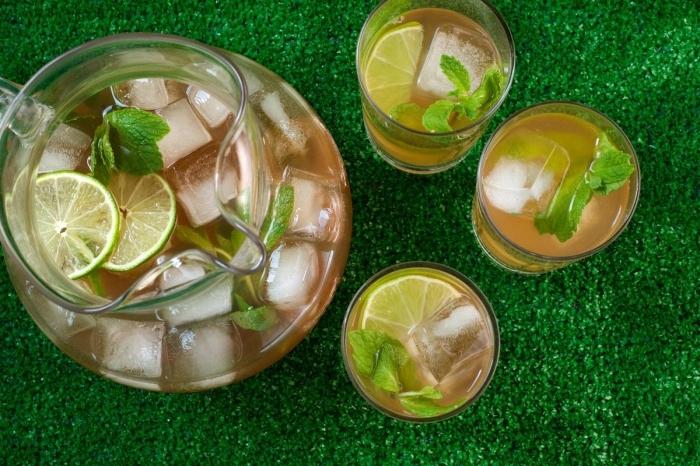 pichet rempli d'eau fruitée au thé vert aromatisée de menthe, idée recette thé glacé au citron vert et à la menthe