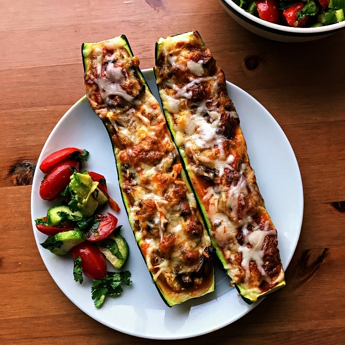 courgettes farcies gratinées avec salade de tomates et concombre, courgettes farcies aux champignons, recette de courgette farcie gratinée